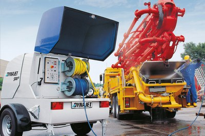 Cleaning concrete pumps and using DYNAJET as an emergency hydraulic unit