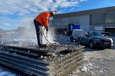 Remove snow and ice completely using the high-pressure cleaner