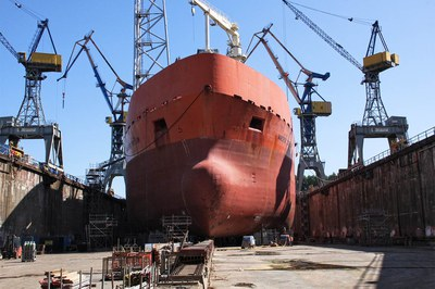 High-pressure cleaning, rust removal and paint stripping in ships on land and at sea